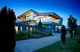 Дом, спроектированный в стиле хай-тек: особенности и возможности дизайнерских решений