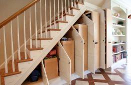 Шкаф под маршевой лестницей на второй этаж: варианты использования свободного пространства