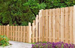 Добротный забор на даче из дерева – классика, прошедшая проверку временем