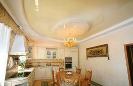Натяжной потолок на кухне: его преимущества