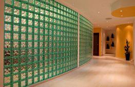 Как использовать стеклоблоки в оформлении современного интерьера