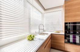 Практичность и эстетика на кухне: как выбрать кухонные жалюзи
