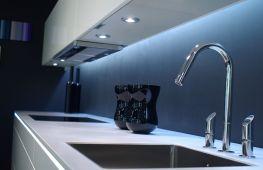 Особенности и нюансы размещения на кухне светодиодной подсветки под шкафами