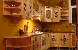Особенности кухонь, изготовленных из сосны