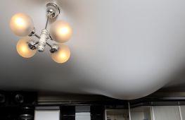 Как правильно организовать процесс, чтобы слить воду с потолка натяжного типа