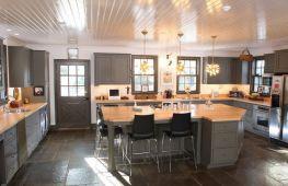 Стильный реечный потолок для кухни