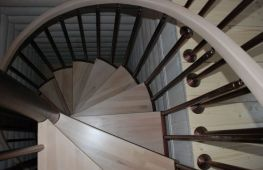 Винтовая лестница в частном доме: ее виды, преимущества и недостатки