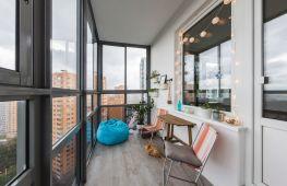 Особенности дизайна балкона с панорамным остеклением: советы и примеры интерьеров
