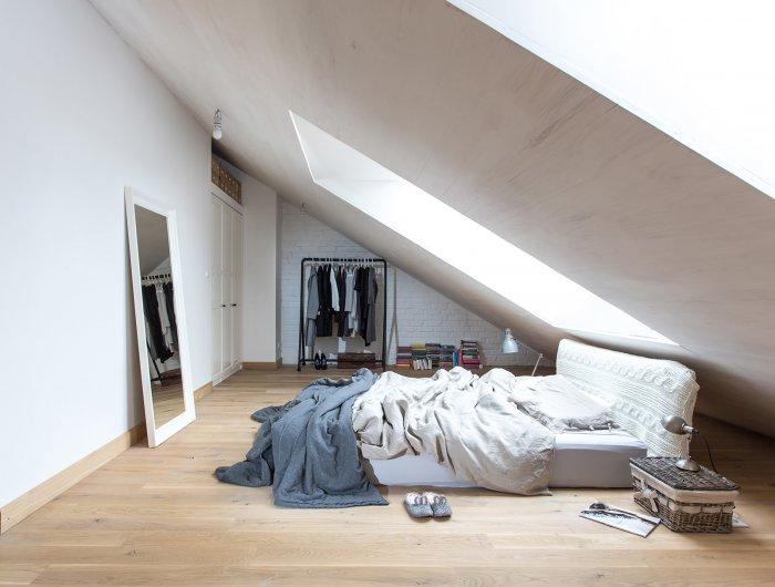Могут возникнуть трудности с размещением мебели возле «стен» и с нахождением внутри высоких людей