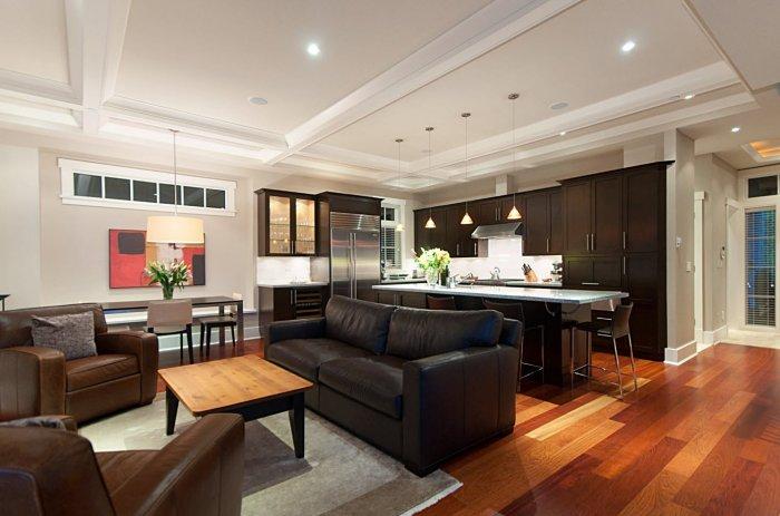 При достаточных размерах кухонного помещения, в нем можно разместить диван