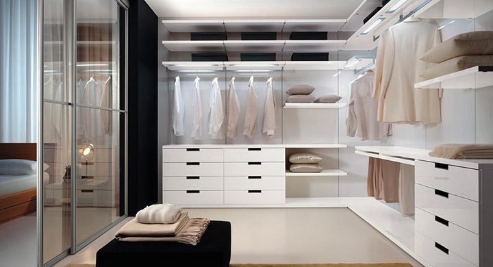 просторная комната для вещей