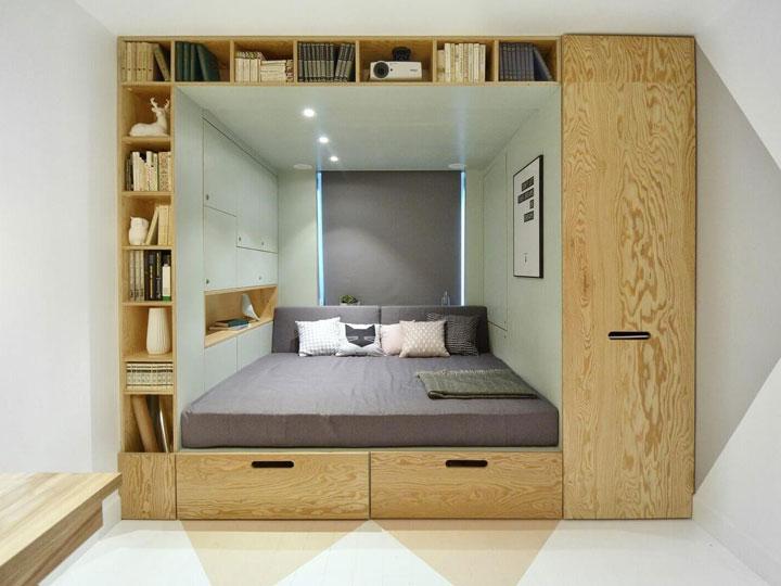 полки и кровать в нише