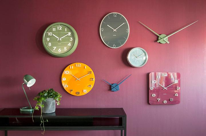 часы на стене гостиной