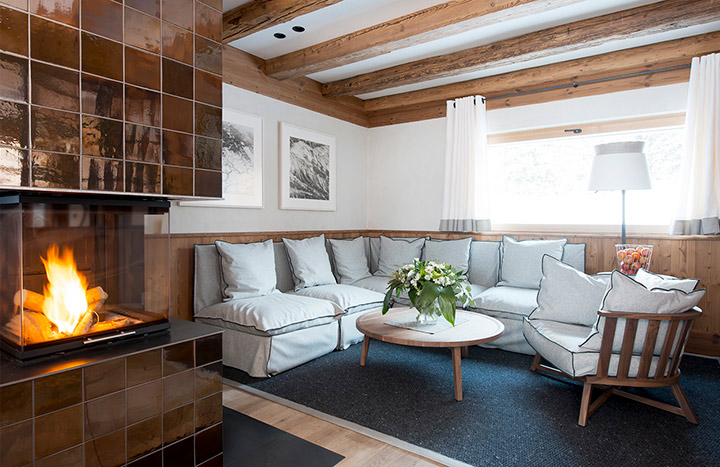 диван в гостиной шале