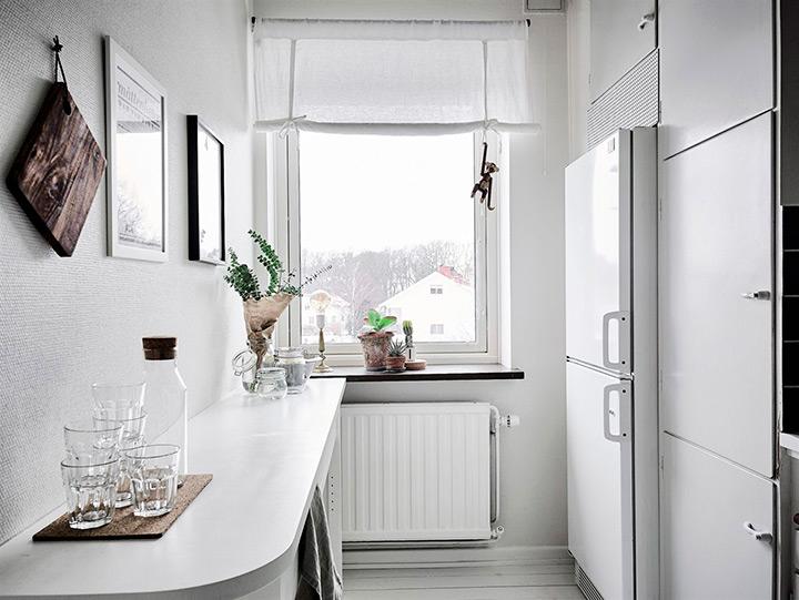узкая кухня с холодильником