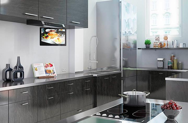 телевизор над рабочей поверхностью кухни