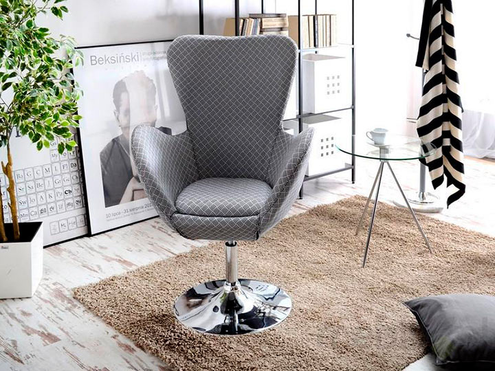 серое кресло на одной ноге