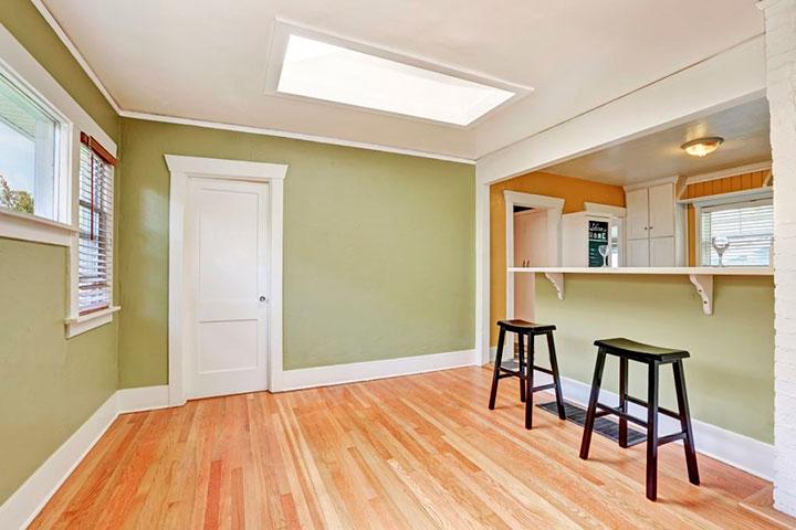 оливковые стены и белый потолок