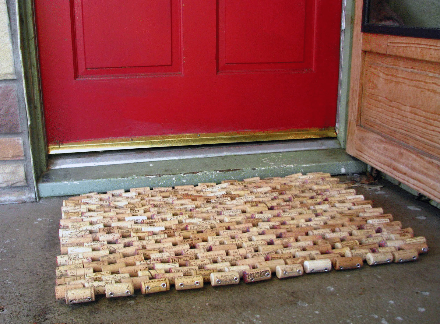 коврик из пробок на улице