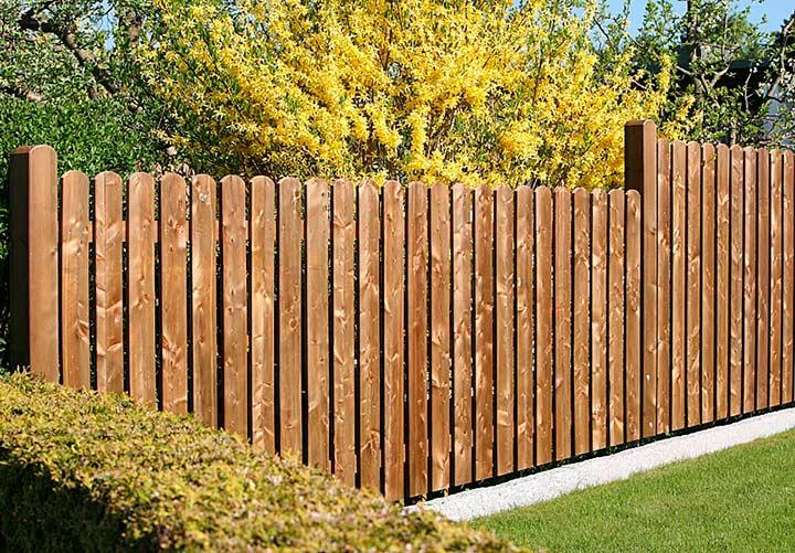 простой забор из дерева