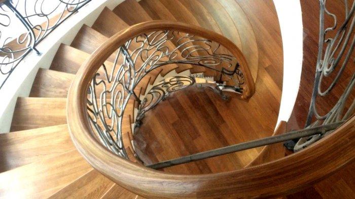 Для всех винтовых лестниц перила являются обязательными, так как со ступеней легко упасть