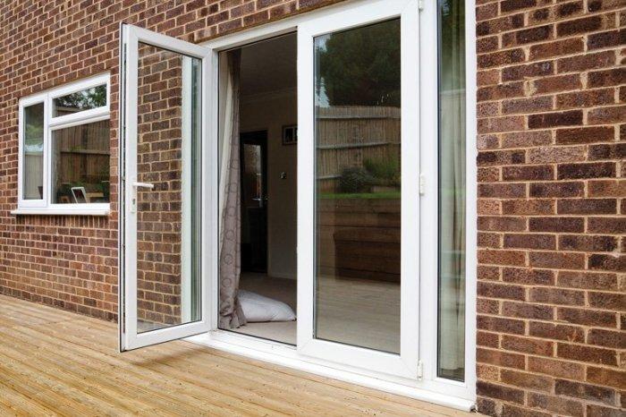 В частных домовладениях принято устанавливать двери, открывающиеся наружу.