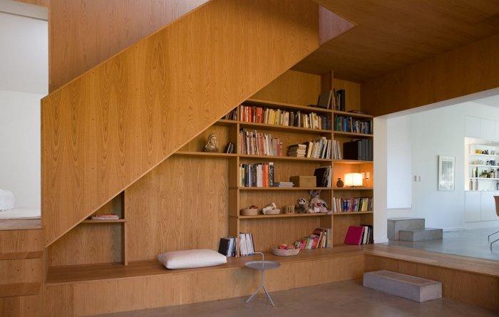 В гостиной можно поставить стеклянные дверцы, дополнив их подсветкой и поставив внутрь дорогую посужу или книги